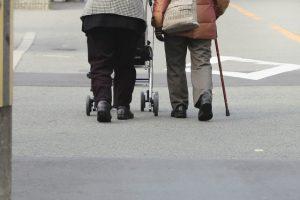歩く老夫婦